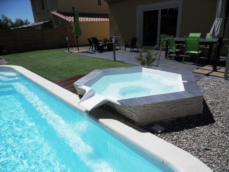 Passion piscines spa for Piscine coque debordement